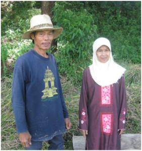 Bapak Roshidin dan istri, penduduk asli kampung Pulo, narasumber tulisan ini. Mereka memiliki silsilah yang bersambung hingga ke Mbah Dalem Arief  Muhammad.