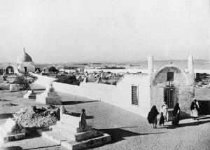 Makam Siti Hawa di Jeddah, Saudi Arabia sebelum dibongkar oleh pemerintah Saudi, panjang 120m, lebar 6 m dan tinggi 3m, setelah dibongkar dengan alasan pengharaman ziarah, panjang makam ini hanya tinggal 3 m.