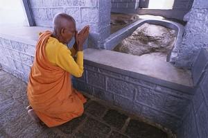 Adam's Peak, Sri Langka, jejak kaki ini terdapat di dalam kuil di atas punak gunung SriPada, SriLangka, nama Sripada sendiri berarti Jejak Kaki Suci. Tempat ini dijadikan sebagai objek wisata religi bagi agama-agama besar didunia, agama Islam, Kristen dan Yahudi meyakini bahwa jejak kaki raksasa ini adalah jejak kaki Adam as, sebagai tempat pertama ketika dikeluarkan dari Surga yang ada di bumi, umat meyakini bahwa jejak kaki tersebut adalah jejak kaki Budha, dan bagi umat Hindu jejak kaki ini diyakini sebagai jejak kaki Shiwa.