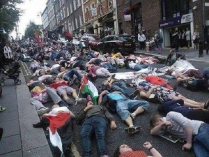 warga Irlandia berbaring di jalan dalam aksi demo pro-Palestina