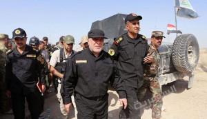 العبادي يرفع العلم العراقي وسط الفلوجة ويعد برفعه في الموصل