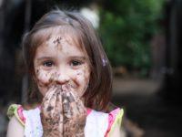Ini Dampaknya Jika Orang Tua Sering Berkata 'Jangan, Nanti Kotor' Pada Anak