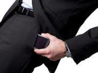 Alasan Mengapa Pria Tidak Boleh Menaruh Ponsel di Saku Celana