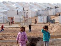 Dua orang anak pengungsi    Suriah sedang berdiri di kamp pengungsi Azraq, Yordania.