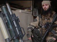 Salah satu cuplikan dalam video ISIS yang menunjukkan seorang pria berjenggot membawa persenjataan militer.