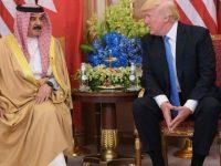 Presiden AS, Donald Trump dan Raja Bahrain, Hamad bin Isa Al-Khalifa saat melakukan pertemuan di Riyadh.