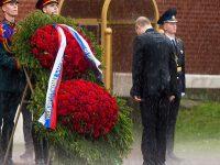 Basah Kuyup, Putin Hormati Pahlawan Rusia di Bawah Siraman Hujan