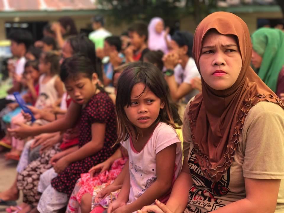 Puluhan orang penduduk Marawi akhirnya kembali ke rumah mereka, meski suara ledakan masih tetap terdengar.