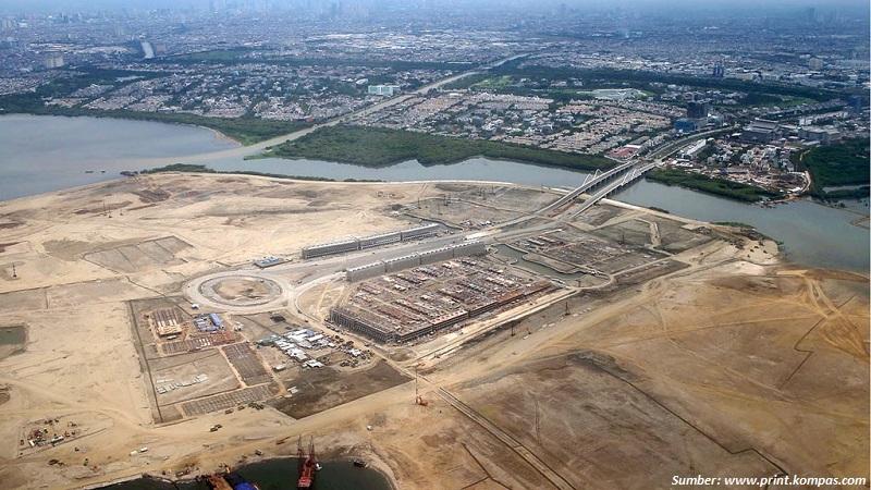 Pengerjaan proyek pembangunan permukiman, perkantoran, dan kawasan niaga, di pulau hasil reklamasi di Teluk Jakarta, Sabtu (12/12). Sejak tiga tahun yang lalu, secara bertahap akan dibuat 17 pulau reklamasi yang akan dimanfaatkan sepenuhnya pada tahun 2030.  Kompas/Totok Wijayanto (TOK) 12-12-2015