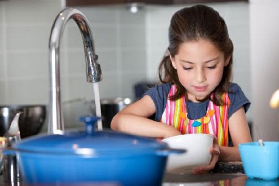 Studi: Anak Terbiasa Melakukan Pekerjaan Rumah, Lebih Sukses Saat Dewasa