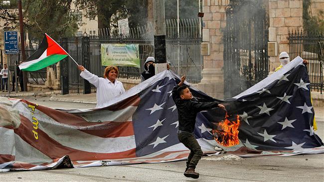 Demonstran Bakar Bendera AS Berukuran Besar di Betlehem
