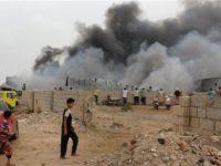 Kepulan asap melambung tinggi di dalam kamp militer pasca pasukan UEA berhasil mengambil kontrol wilayah yang sebelumnya dikuasai oleh pasukan pro mantan Presiden Hadi di wilayah Aden, Rabu (31/1).
