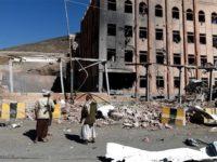 Beberapa pria bersenjata berkumpul sehari sesudah Arab Saudi melancarkan serangannya ke Ibu Kota Sana'a pada Minggu (4/2).