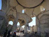 Anggota pasukan Irak dan warga sipil terlihat berada di dalam ruangan Masjid al-Nuri, di Kota Mosul, pada 8 Januari, yang telah hancur akibat serangan teroris ISIS.