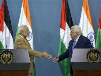 PM India, Narendra Modi saat menjabat tangan Presiden Palestina, Mahmoud Abbad, dalam kunjungannya ke Ramallah, Palestina, pada Sabtu (10/2)