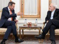Menlu Iran bersama dengan Presiden Palang Merah Internasional, Peter Maurer, saat melakukan pertemuan di Tehran pada Minggu (11/3)