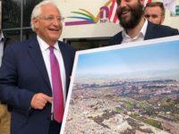 Dubes AS untuk Israel, David Friedman, berdiri disamping foto kontroversial.