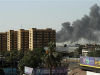 Potret kepulan asap kebakaran di gudang penyimpanan hasil pemilihan pada Minggu (10/6).