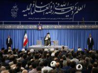 Pimpinan Revolusi Islam Iran, Seyyed Ali Khamenei, sedang memimpin pertemuan dengan para profesor di Tehran pada Minggu (10/6).