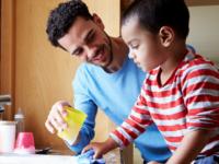 Ini Pentingnya Kenalkan Pekerjaan Rumah Tangga pada Anak Sejak Dini
