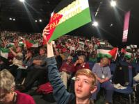 Para peserta konferensi saat mengibarkan bendera Palestina sebagai bukti dukungan mereka terhadap rakyat Palestina yang sedang terjajah.
