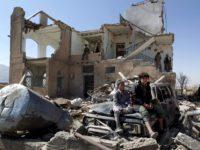 Potret anak-anak Yaman saat berada di reruntuhan rumah mereka usai terkena hantaman rudal koalisi militer Arab Saudi.
