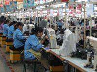 Buruh Cina menjahit sepatu di Qingdao. (AFP)