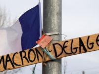 """Plakat bertuliskan """"Macron, Keluar!"""" yang dipasang demonstran rompi kuning"""