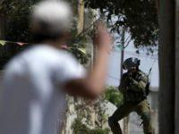 Tentara Israel mengarahkan senapan ke demontran Palestina 7 September 2018. (Photo by AFP)