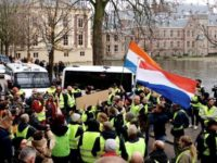 Pengunjuk Rasa Prancis: Jangan Perlakukan Rakyat Seperti Pengemis