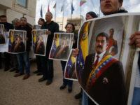 Warga Palestina membawa foto Nicolas Maduro dalam demo dukungan di Ramallah (24/1) Majdi Mohammed | AP