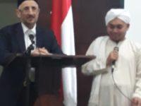 Syeikh Muhammad Taufik Al-Buthi (kiri) saat menyampaikan materi di Universitas Negeri Jakarta pada Sabtu Malam (2/3).