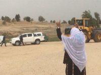 Potret seorang perempuan dari Desa Al-Araaqib yang sedang berdiri menghadap buldoser Israel. (Sumber: Memo)