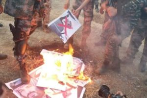 Pemuda Gaza Dukung Iran dan Bakar Foto Pangeran-pangeran Arab