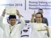 Calon Presiden Joko Widodo (kanan) dan Prabowo Subianto (kiri) menunjukkan nomor urut Pemilu Presiden 2019 di Jakarta, Jumat (21/9). Pasangan calon Presiden dan Wapres Joko Widodo-Ma'ruf Amin mendapatkan nomor urut 01, dan Prabowo Subianto-Sandiaga Uno mendapat nomor urut 02. ANTARA FOTO/Puspa Perwitasari/kye/18