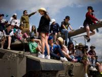Anak-anak Israel bermain di atas tank-tank militer.