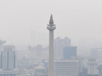 Pemandangan Monumen Nasional dengan latar belakang gedung bertingkat yang diselimuti asap polusi di Jakarta, Senin (29/7/2019). Data aplikasi AirVisual yang merupakan situs penyedia peta polusi daring harian kota-kota besar di dunia, menempatkan Jakarta pada urutan pertama kota berpolusi sedunia pada Senin (29/7) pagi dengan kualitas udara mencapai 183 atau kategori tidak sehat. ANTARA FOTO/Wahyu Putro A/ama.