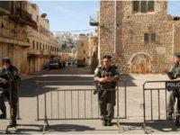 Beberapa polisi Israel yang sedang berjaga di area Masjid Ibrahim di Hebron.