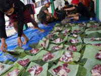 Warga menata daging kurban diatas daun pisang dan daun jati di Blitar, Jawa Timur, Minggu (11/8/2019). Sejumlah warga dan instansi didaerah tersebut memanfaatkan dedaunan dan wadah dari anyaman bambu (besek) untuk membungkus daging kurban yang bertujuan untuk mendukung program pemerintah dalam meminimalisir penggunaan plastik (diet plastik). ANTARA FOTO/Irfan Anshori/hp.