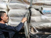 Seorang pekerja Palestina memeriksa truk bantuan kemanusiaan UNRWA di Rafah, Gaza, 12 Mei 2019. (By AFP)