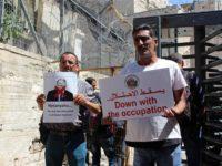 Warga Palestina berdemo jelang kedatangan Netanyahu di masjid Ibrahimi. (Photo by APA Images)