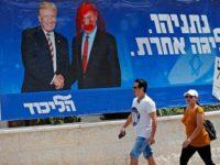 Spanduk kampanye partai Likud menampilkan Presiden AS Donald Trump (kiri) dan Benjamin Netanyahu di Yerusalem al-Quds, 14 September 2019. (AFP photo)