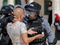 Seorang Palestina diteror pasukan Israel di area Masjid Al-Aqsa. Sumber: Presstv